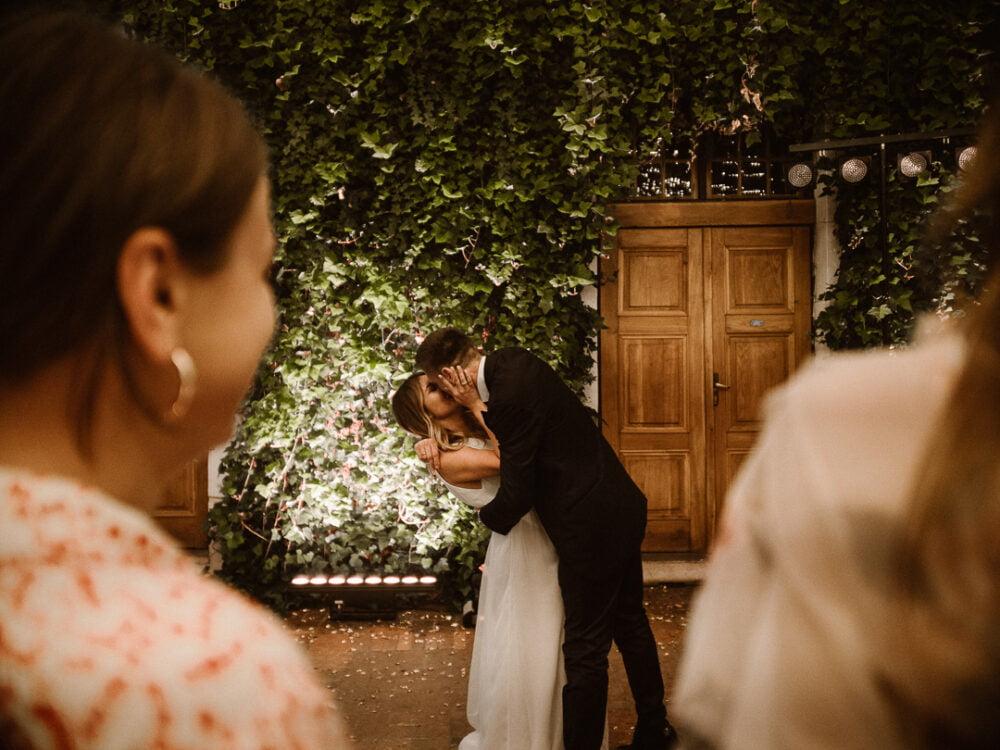 najlepszy fotograf i kamerzysta na wesele w warszawie i całej polsce podczas pracy z piękną parą na weselu