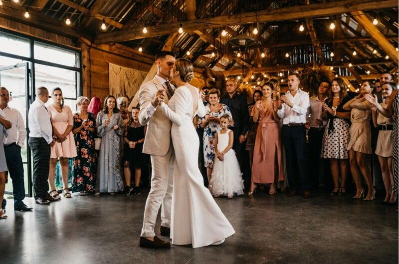 para tańczy pierwszy taniec podczas rustykalnego ślubu w folwarku ruchenka. Totalnie odjechany Folwark Ruchenka Wesele