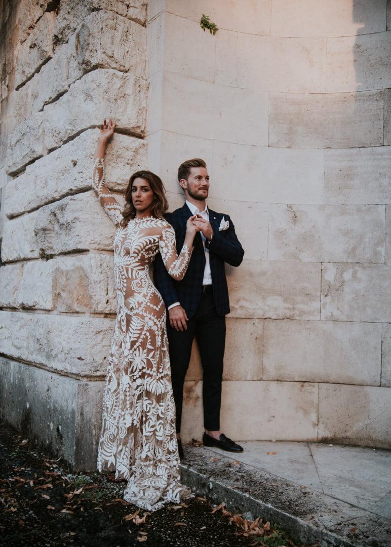 niesamowita suknia ślubna Panny młodej podczas wesela w stylu glamour za granicą