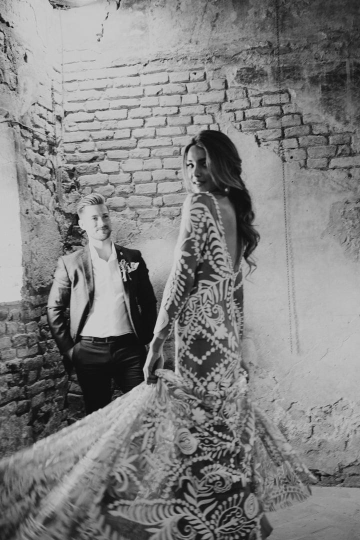 niesamowita suknia ślubna na eleganckim ślubie i weselu w stylu glamour we Włoszech. Doskonała inspiracja dla par