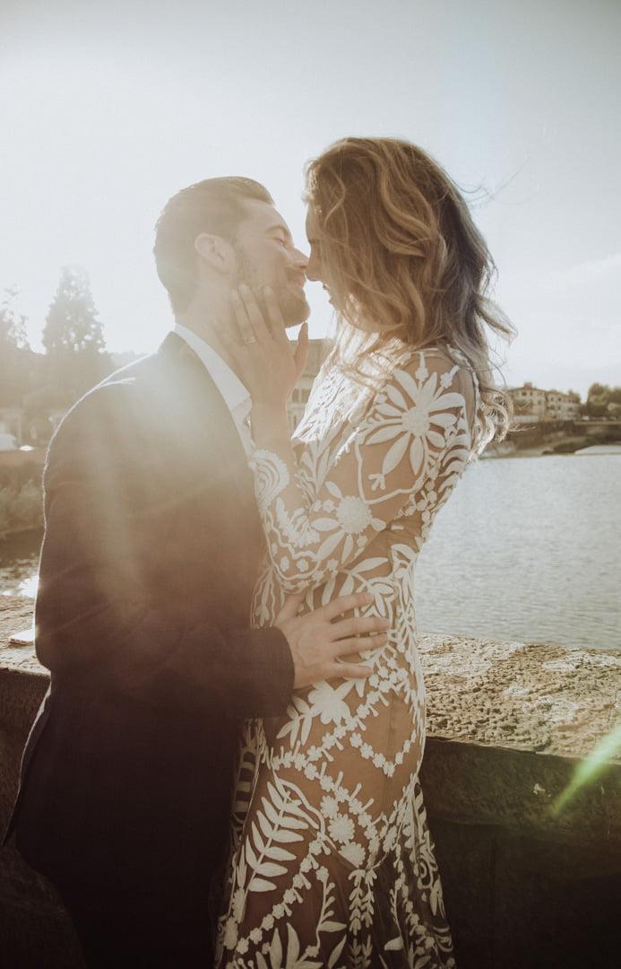 niesamowita suknia ślubna podczas wesela glamour w Toskanii